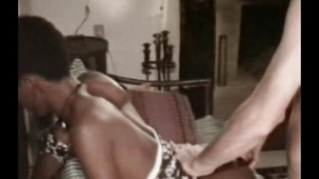 Adulte pas d'inscription  Grosse fille montre ses courbes juteuses dans les coulisses porno complet film
