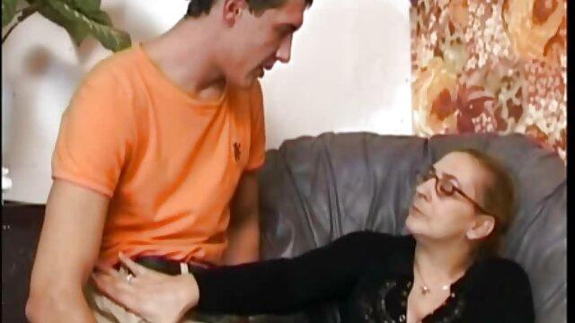 Adulte pas d'inscription  Asiatique Marcia Hase donne un film porn francais complet footjob à une bite de gloryhole